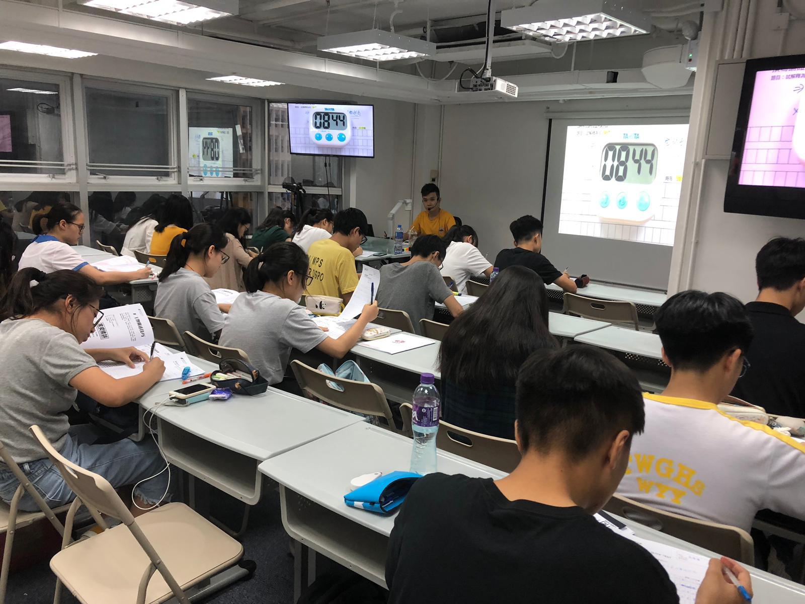 【中文補習】DSE中文狂熱課堂實況 - 學生們正努力完成Jason Sir自擬的課堂小測。